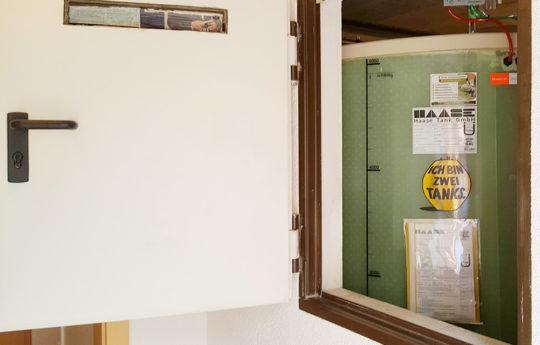 Nach Anschluss des Leckanzeigegerätes kann der Kellertank befüllt werden.