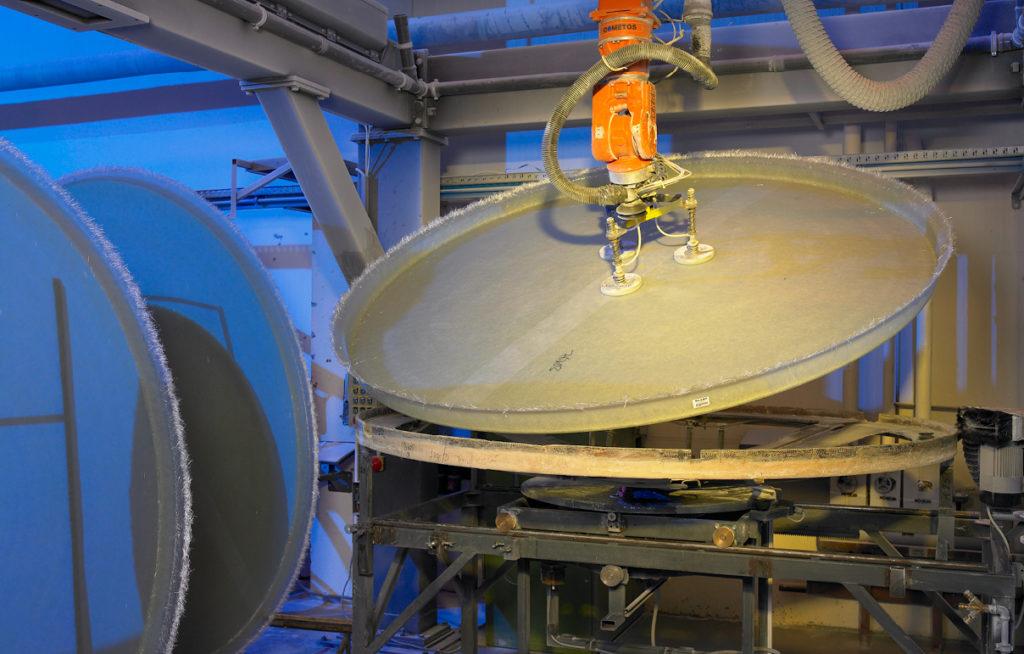 Auf der Beschnittroboteranlage können Bauteile mit einem Durchmesser bis zu 4 m, bei höchster Präzision geschnitten werden.