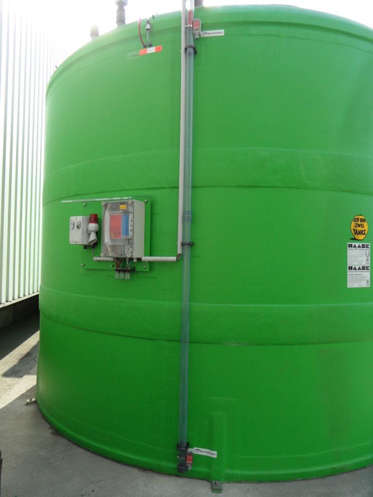 Wie in der Allgemeinen Bauaufsichtlichen Zulassung wurde der Tank im Boden verankert. Ausgestattet ist er mit einem Leckanzeigesystem, einer Überfüllsicherung und einem Tankinhalts-Fernanzeiger.