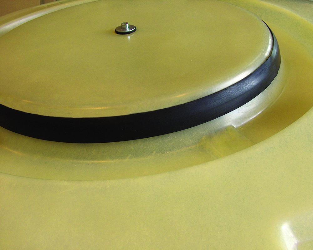 Der verstärkte und absolut geruchsdichte Mannlochdeckel des Haase-Kellertank