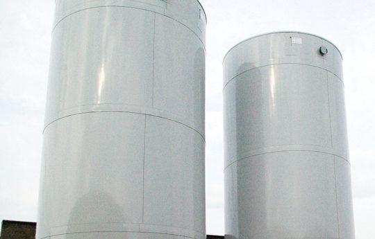 Die beiden Großspeicher nehmen die Wärme von 2 Blockheizkraftwerken auf.
