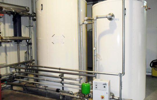 Diese zwei Wärmespeicher wurden in einer Fleischerei zur Abwärmespeicherung eingebaut.