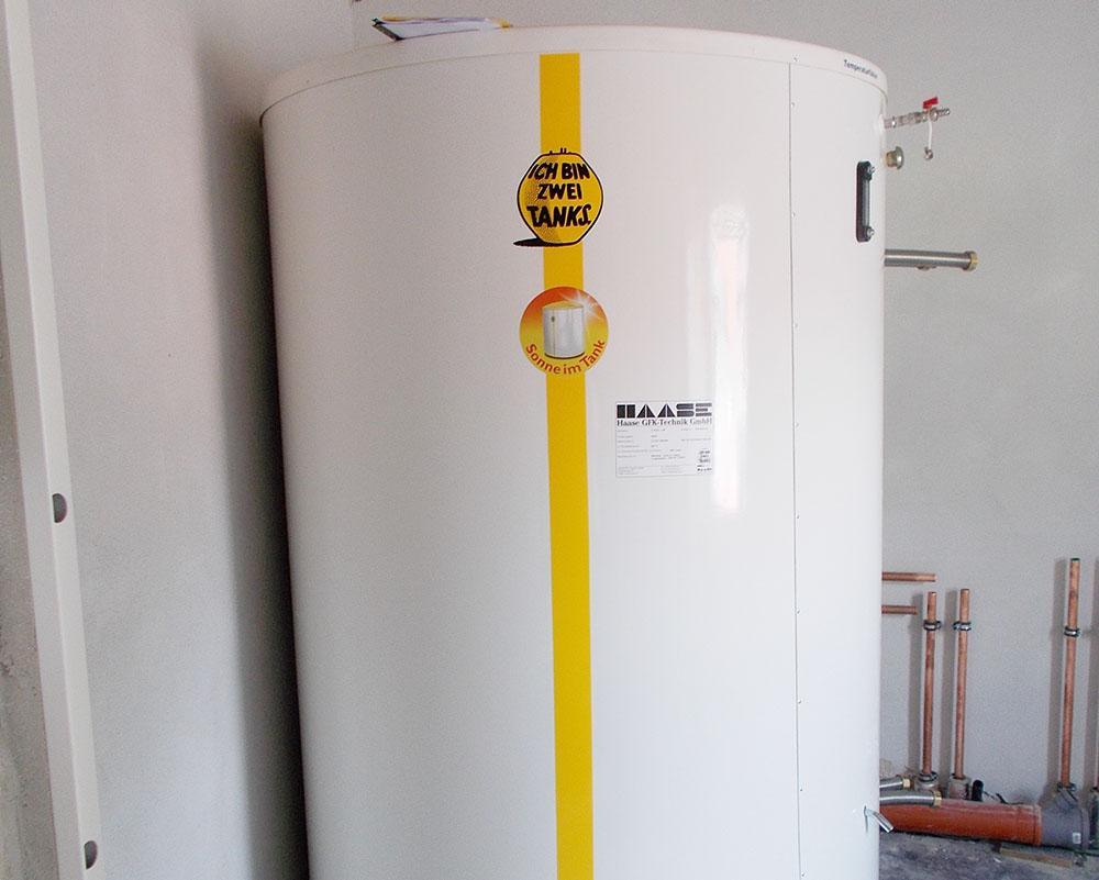 Bei einer Höhe von 2,15 m und einem Durchmesser von 1,50 m hat der Speicher ein Volumen von 2.300 Litern.