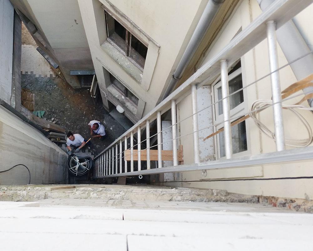 Wegen der Erweiterung der Bäckerei war es notwendig, den Wärmespeicher im 3. Obergeschoss zu installieren.