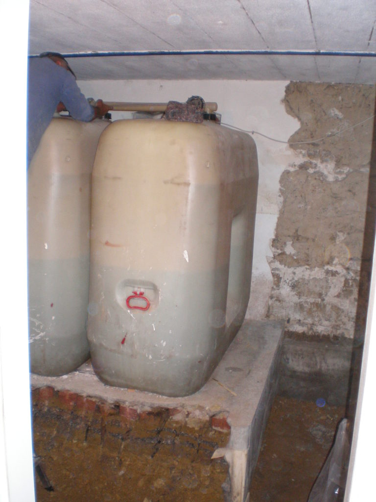 Zuerst mussten die alten, stinkenden PE-Tanks entsorgt werden.