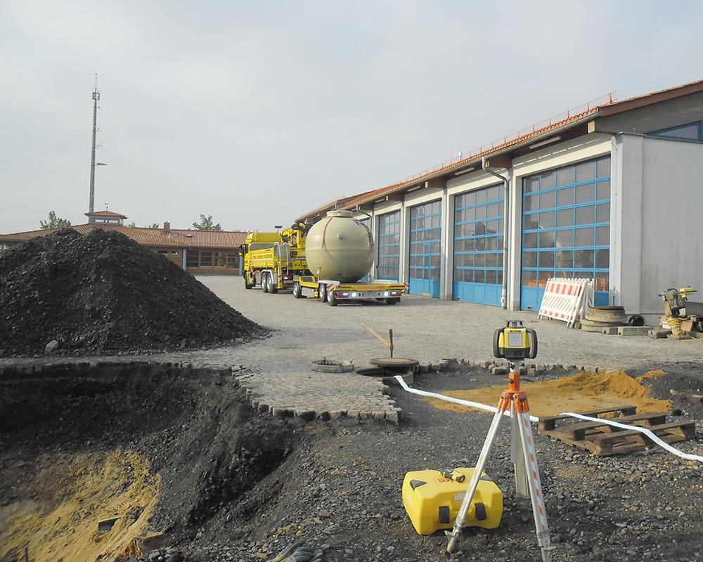 Der Haase-Abscheider wird mit unserem firmeneigenen LKW angeliefert und in die Baugrube gesetzt.