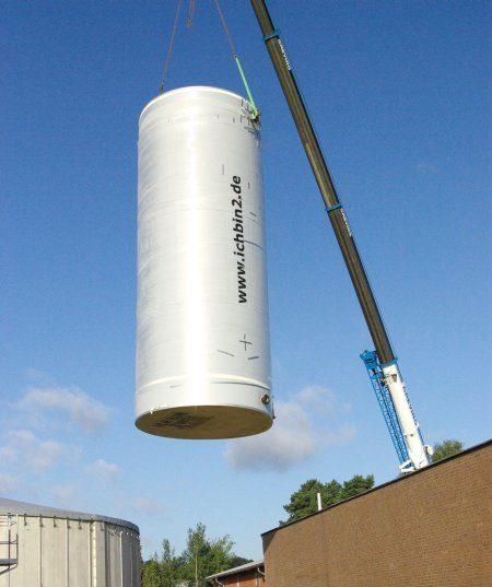 Die beiden Speicher mit einem Volumen von jeweils fast 100.000 Litern wurden teilweise werksgefertigt.