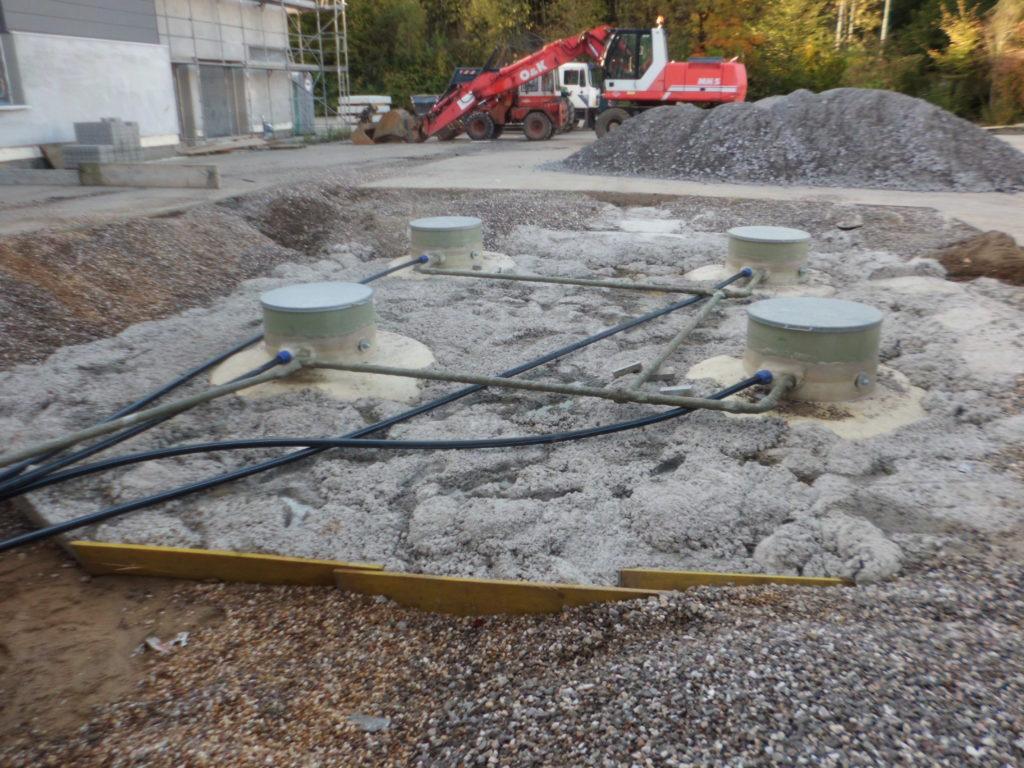 Die vier Erdtanks wurden mit einer Auftriebssicherung aus Beton versehen.
