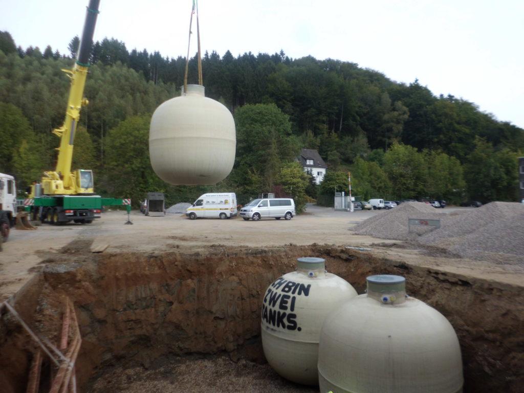 Nach fertigstellen der Grube können die Erdtanks eingesetzt werden.