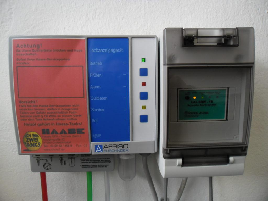 Für die Überwachung des Abscheiders wird ein Leckanzeigegerät und eine Warnanlage angeschlossen.