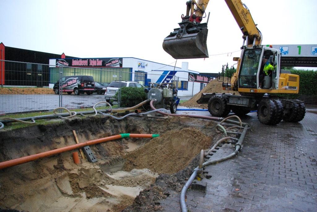 Hier wird die Baugrube für den Leichtflüssigkeitsabscheider ausgehoben.