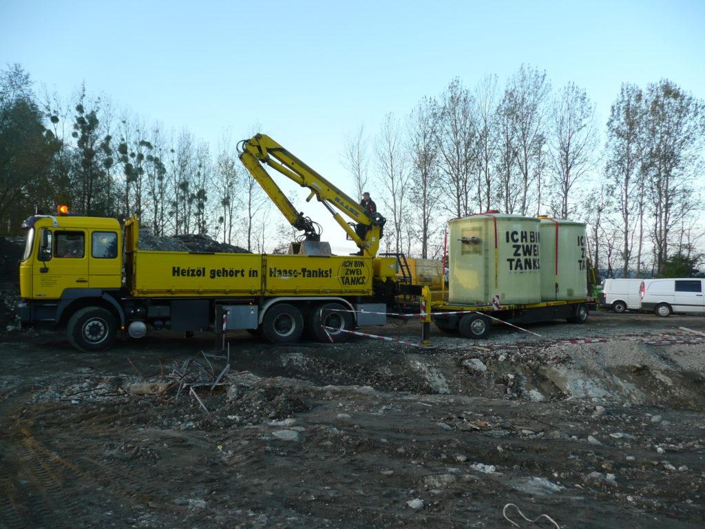 Die beiden Speicher werden direkt mit dem firmeneigenen LKW angeliefert.