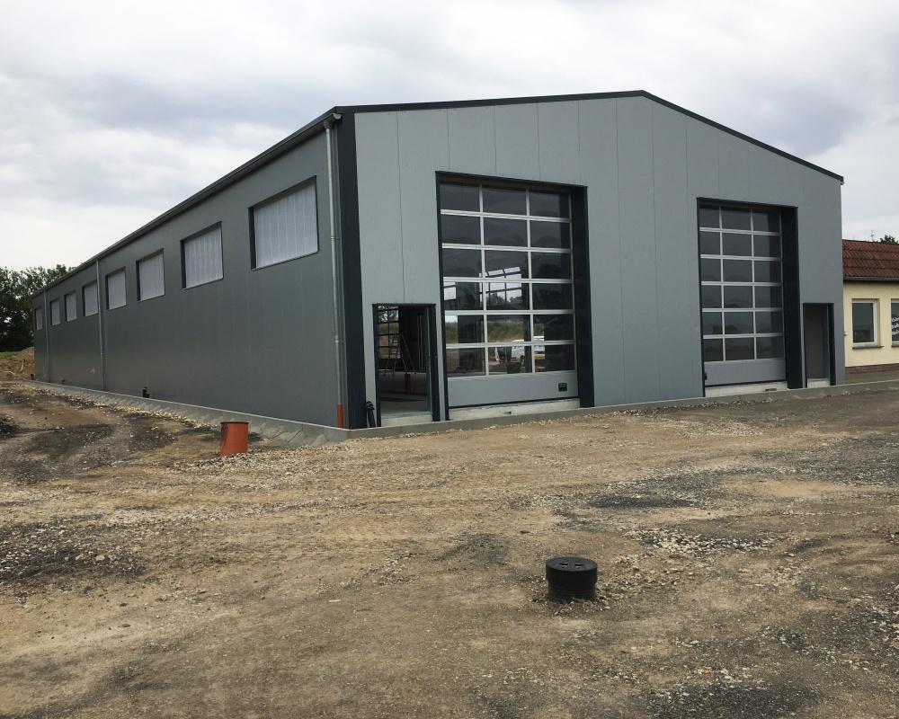 Das ist die neue Halle der BTS Brandschutztechnik Stolpen Karosserie- und Fahrzeugbau GmbH.
