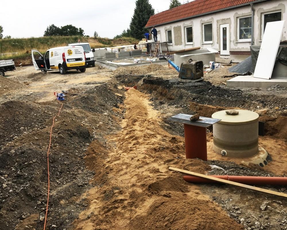 Im Hintergrund wird an dem neuen Waschplatz gearbeitet, im Vordergrund sieht man den Haase-Abscheider.