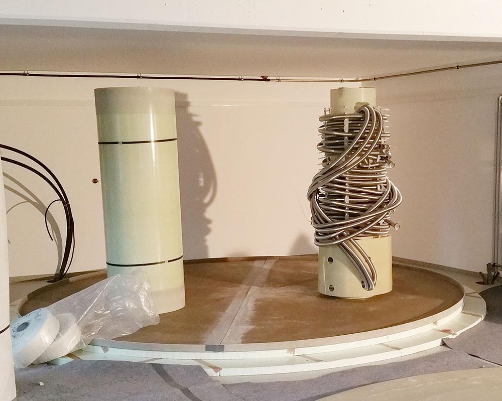 Die Wärmepumpe und die Röhrenkollektoren beladen den Speicher über Edelstahlwellrohr-Wärmetauscher.
