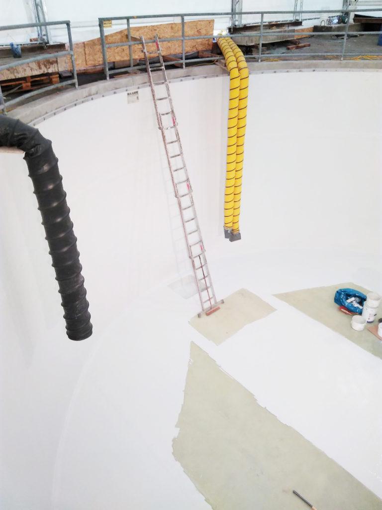 Die Platten wurden im oberen Bereich mit einem Dichtstoff versehen und mit einer RAL-Farbe bestrichen