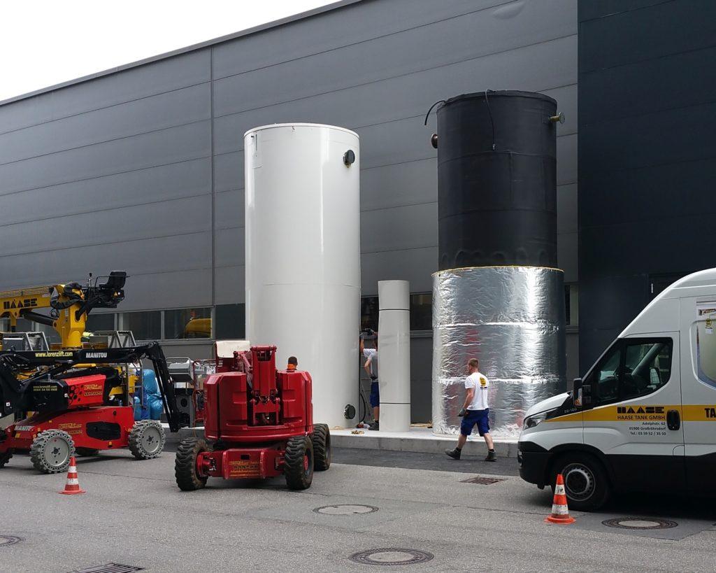 Vor Ort wurden die Behälter noch gedämmt und mit der notwendigen Sensorik ausgestattet.