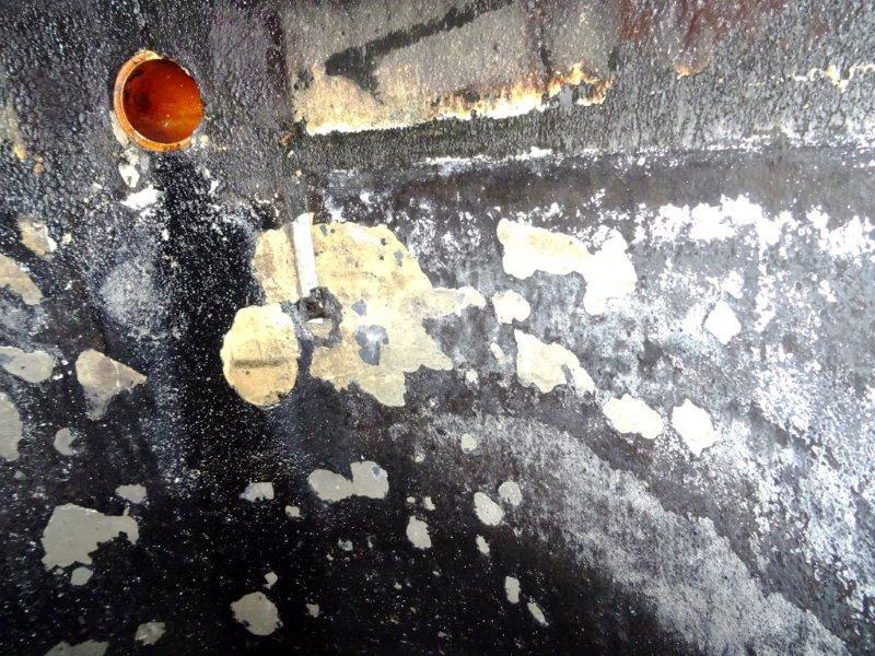 Die Innenbeschichtung von Betonabscheidern sieht oft bereits nach kurzer Zeit so aus