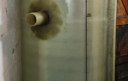 Der fertig aufgestellte Fettabscheider der Nenngröße 4 hat einen Durchmesser von 1,00 m und eine Höhe von 1,60 m.