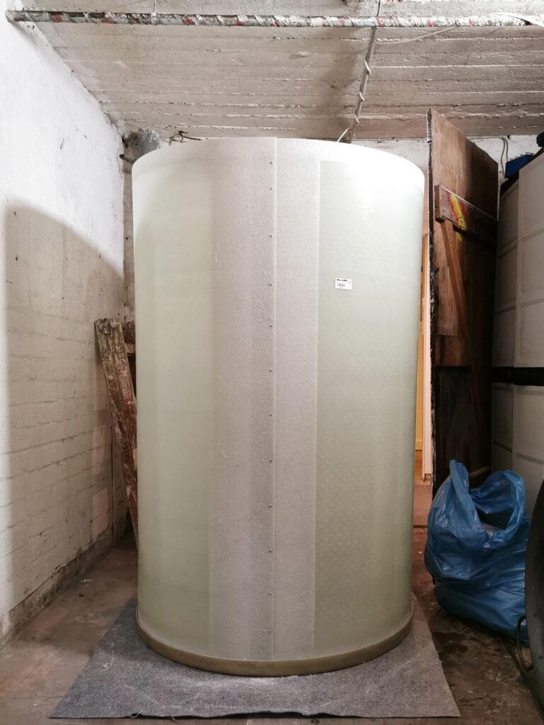Der Boden und die Wand des Tanks sind hier bereits miteinander verbunden, abschließend werden alle Behälterteile geruchs- und flüssigkeitsdicht mit GFK laminiert.