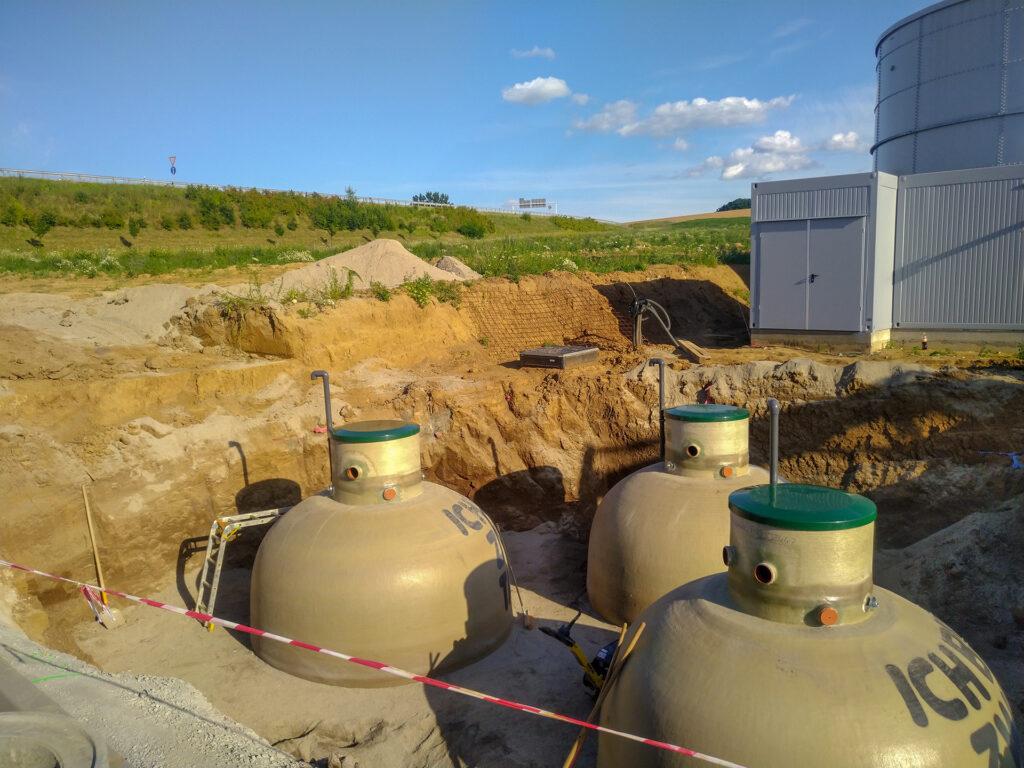 Der Einbau der Kugeltanks ist auch bei hohem Grundwasserstand, in Lehmböden oder Überschwemmungsgebieten ohne Unterbau möglich, eine Auftriebssicherung kann sehr preisgünstig realisiert werden.
