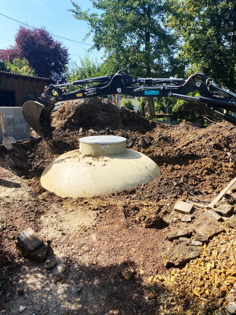 Der Pelletstank ist so stabil, dass er ohne Bodenplatte direkt auf den gewachsenen Boden der Grube gesetzt und danach mit dem Bagger sachgerecht verfüllt werden kann.