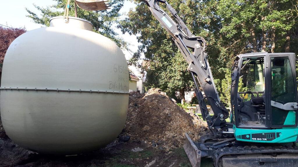 Das Einsetzen des Tanks ist dank seines geringen Gewichts von unter 700 kg auch mit einem Minibagger problemlos möglich.