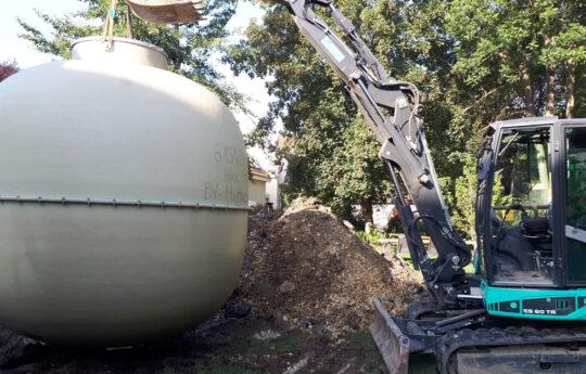Das Einsetzen des Tanks war dank dessen geringen Gewichts von unter 700 kg auch mit einem Minibagger problemlos möglich.