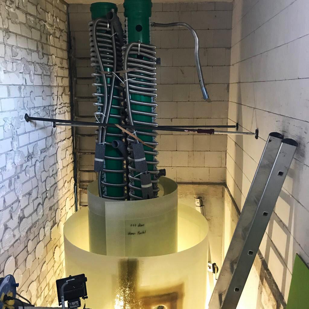 Der Speicher ist unter anderem mit einem Schichtenlader sowie insgesamt 4 Wärmetauschern ausgestattet.
