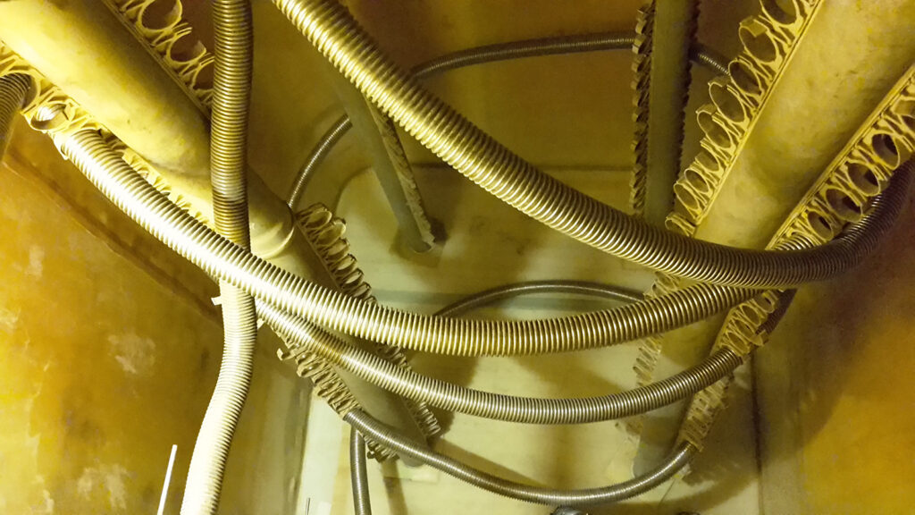 Der alte Speicher aus Polyethylen - hier eine Innenansicht - war undicht und ineffizient.