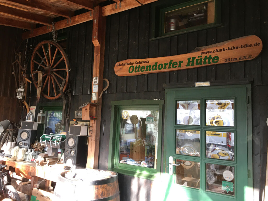 Die Ottendorfer Hütte bietet nicht nur Übernachtungsmöglichkeiten, sondern auch eine Gaststätte sowie eine Kletterschule.