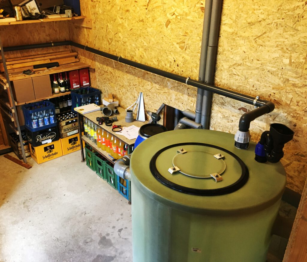 Die Entsorgungsleitung mit Tankwagenkupplung wird vom Fettabscheider nach außen geführt.