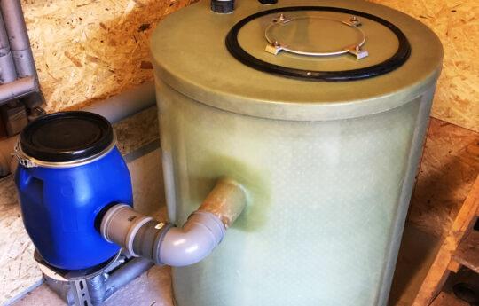Frei aufgestellter Fettabscheider mit Probenahmestelle zur Abwasserkontrolle