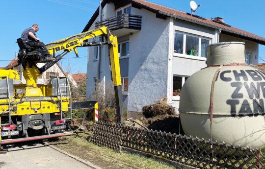 Das Einbaufahrzeug von Haase liefert nicht nur den Tank an, sondern kann auch die Grube ausheben.