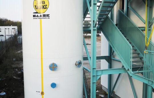Das Volumen des Speichers zur Abwärmenutzung beträgt 30.500 Liter, er ist 7,25 m hoch bei einem Außendurchmesser von 3,00 m.