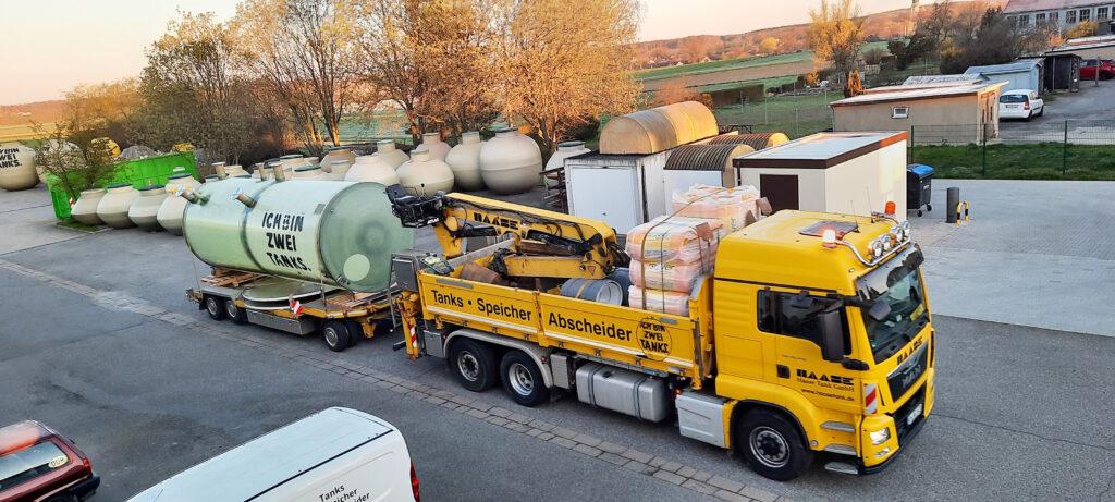 Der Behälter wurde mit mehreren Flanschanschlüssen ausgestattet und liegend auf die Baustelle transportiert.