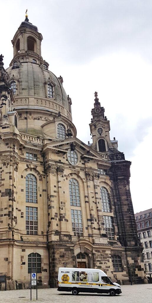 Das Restaurant befindet sich direkt am Neumarkt gegenüber der Frauenkirche.
