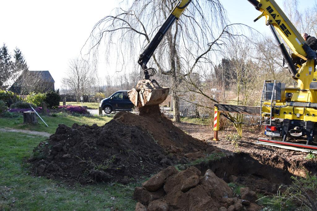 Unsere erfahrenen Fachleute bringen den Tank mit und heben die Baugrube aus.