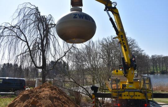 Der Tank wird in den gewachsenen Boden gesetzt, eine zusätzliche Bettung ist in der Regel nicht erforderlich.
