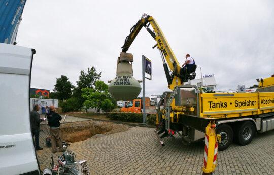 Der Leichtflüssigkeitsabscheider wurde von Haase geliefert und direkt in die vorbereitete Baugrube eingesetzt.