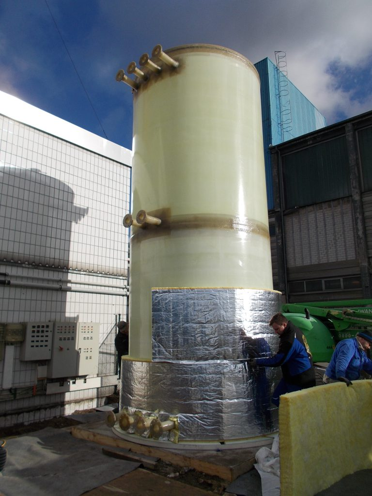 On site, the hot water tank was insulated in the wall area with a 250 mm mineral wool layer.