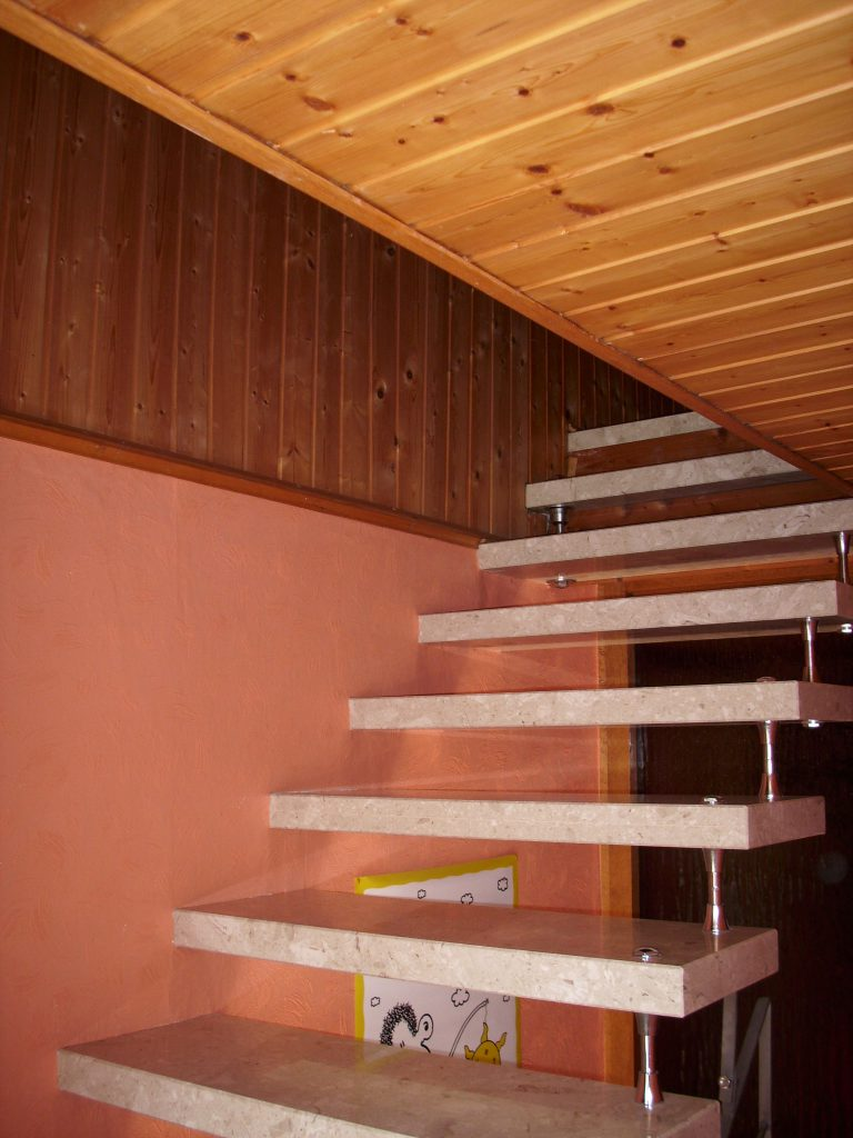 Access to bring the individual parts of the hot water tank to the attic was only possible via a narrow staircase.