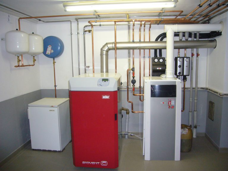 In this system, an oil condensing boiler, a solid fuel boiler and a solar system were efficiently linked.
