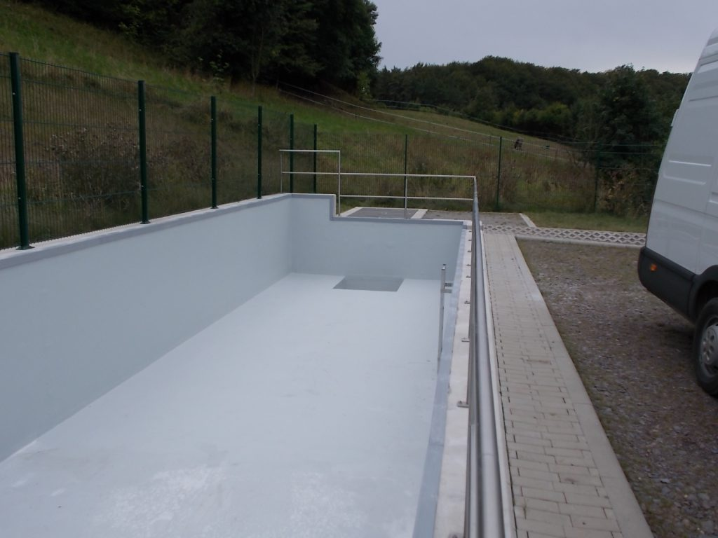 A protective coating was applied to the GRP laminate. The GRP lining for the rainwater retention basin has a surface area of 186 m².